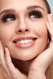 Maquillaje perfecto de la muchacha atractiva y pestañas falsas Cosméticos de la belleza imágenes de archivo libres de regalías