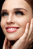 Maquillaje perfecto de la muchacha atractiva y pestañas falsas Cosméticos de la belleza foto de archivo
