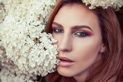 Maquillaje perfecto, ojo, lipsick y labios Looking modelo en la cámara fotos de archivo