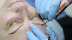 Maquillaje permanente Tatuaje permanente de cejas almacen de metraje de vídeo