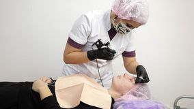 Maquillaje permanente, tatuaje de cejas La aplicación del Cosmetologist compone almacen de video