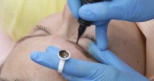 Maquillaje permanente, tatuaje de cejas La aplicaci?n del Cosmetologist compone almacen de video