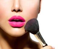 Maquillaje que aplica el primer foto de archivo libre de regalías