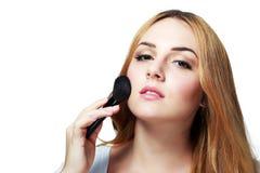 Maquillaje que aplica el primer foto de archivo