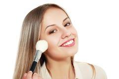 Maquillaje que aplica el primer fotos de archivo libres de regalías