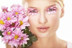 Maquillaje que desgasta de la muchacha hecho de flores Foto de archivo libre de regalías