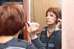 Maquillaje que hace adulto maduro Imágenes de archivo libres de regalías