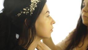 Maquillaje que hace moreno hermoso almacen de metraje de vídeo