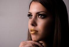 Maquillaje que lleva atractivo pensativo de la mujer joven fotografía de archivo libre de regalías