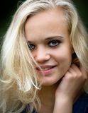 Maquillaje que lleva del adolescente rubio joven hermoso Fotos de archivo libres de regalías