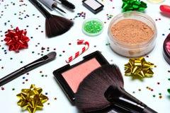 Maquillaje que relucir, cosméticos y accesorios de la fiesta de Navidad foto de archivo