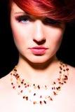 Maquillaje rojo del retrato del encanto de la mujer del pelo de la belleza Foto de archivo libre de regalías