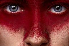 Maquillaje rojo oscuro de la belleza en cara del modelo femenino Fotos de archivo