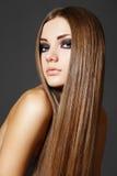 Maquillaje, salud. Modelo hermoso con el pelo largo Fotos de archivo libres de regalías