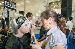 Maquillaje y competencia de los artistas del pelo Imagenes de archivo