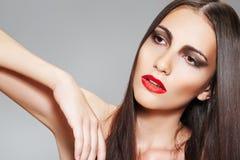 Maquillaje y cosméticos. Mujer con el pelo largo sano imagenes de archivo