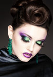 Maquillaje y peinado azules profesionales en la cara hermosa de la mujer - tiro de la belleza del estudio Fotos de archivo libres de regalías