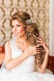Maquillaje y peinado hermosos de la boda del retrato de la novia Imagen de archivo libre de regalías