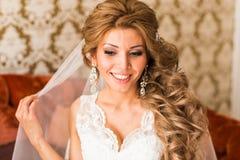Maquillaje y peinado hermosos de la boda del retrato de la novia Imágenes de archivo libres de regalías