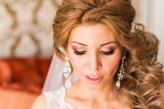 Maquillaje y peinado hermosos de la boda del retrato de la novia Fotos de archivo libres de regalías