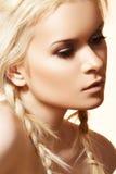 Maquillaje y peinado naturales, trenzas rubias de la belleza Foto de archivo libre de regalías