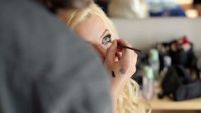 Maquilleur faisant le maquillage clips vidéos
