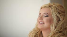 Maquilleur faisant le maquillage banque de vidéos