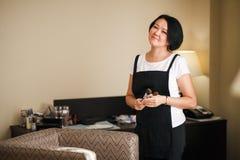 Maquilleur professionnel avec des brosses à disposition, femme asiatique attirante Copiez l'espace pour le texte Photographie stock libre de droits