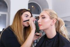 Maquilleur professionnel faisant le maquillage Photo stock