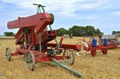Maquinaria agrícola antigua en una demostración de la granja Imagen de archivo