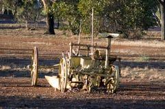 Maquinaria agrícola del vintage en parque fotos de archivo