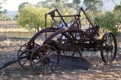 Maquinaria agrícola del vintage en parque imagen de archivo libre de regalías