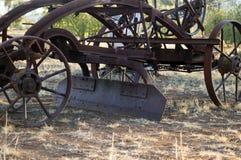 Maquinaria agrícola del vintage en parque imágenes de archivo libres de regalías