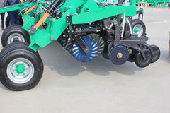 Maquinaria agrícola nova em foto de stock