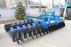 Maquinaria agrícola nova em fotografia de stock