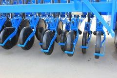Maquinaria agrícola nova em imagem de stock