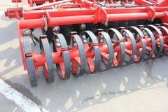 Maquinaria agrícola nova na exposição imagens de stock