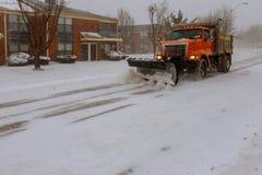 Maquinaria con el camino de la limpieza del snowplough quitando nieve de interurbano después de tormenta de la nieve del invierno Imagenes de archivo