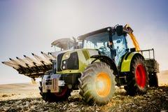 Maquinaria da indústria da agricultura Combine a ceifeira e o trator com o reboque que descarrega detalhes de trabalho do fazende fotografia de stock royalty free