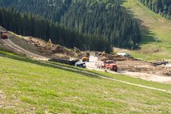 Maquinaria de construcción alta en las montañas Imágenes de archivo libres de regalías