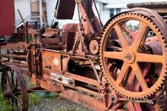 Maquinaria de granja vieja de la vendimia que aherrumbra Imagen de archivo