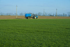 Maquinaria de la agricultura en campo Imagen de archivo libre de regalías
