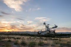 Maquinaria de mineração em um por do sol foto de stock