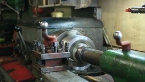 Maquinaria de torneado vieja que trabaja en artesanía metrajes