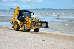 Maquinaria del uso del gobierno local que limpia la playa de Bangsaen Imagenes de archivo