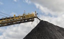 Maquinaria do transporte de carvão que empilha o carvão nas pilhas Fotos de Stock Royalty Free