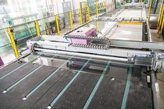 Maquinaria en una fábrica de la ventana de cristal Foto de archivo libre de regalías