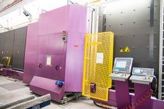 Maquinaria en una fábrica de la ventana de cristal Imágenes de archivo libres de regalías