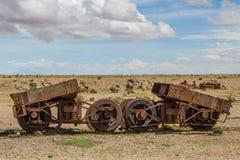 Maquinaria ferroviaria rota que aherrumbra vieja en el desierto, Uyuni, Boliv Foto de archivo