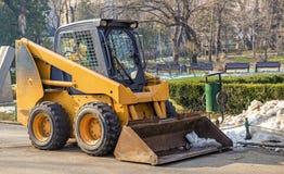 Maquinaria lista para la limpieza de la nieve en un parque rumano Imagen de archivo